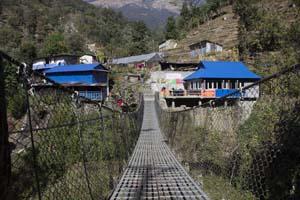Puente haciendo senderismo en nepal