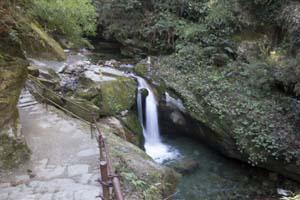Cascada durante el trekking al Campo Base Annapurna