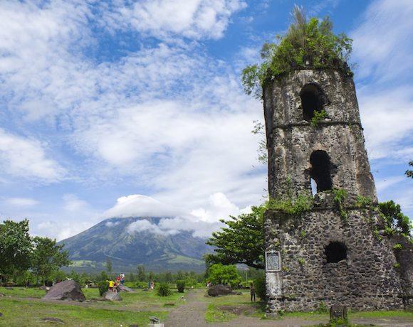 Ruinas-Cagasawa-Monte-Mayon