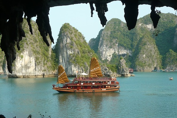 Barco Junco vietnamita por la bahía de Halong